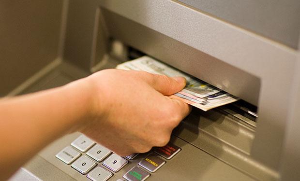 Jak wpłacić pieniądze do wpłatomatu