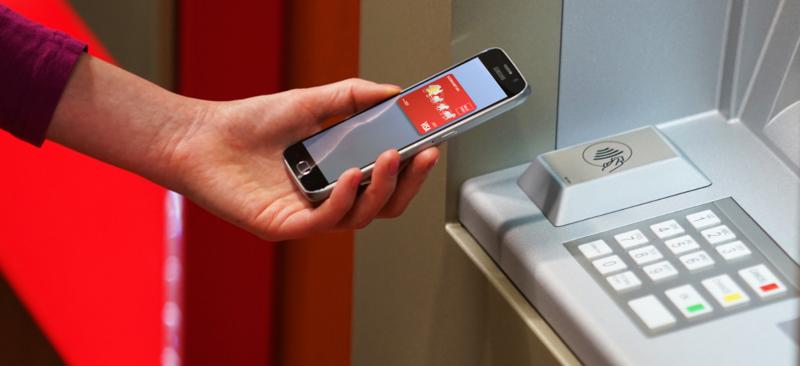 Jak wypłacić pieniądze z bankomatu telefonem - zbliżeniowo